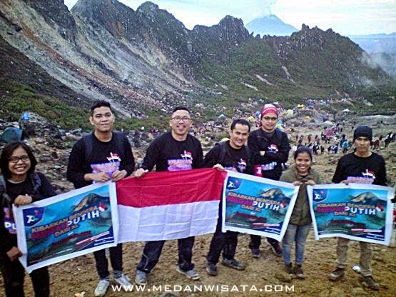 Mengibarkan Bendera Merah Putih di Sibayak