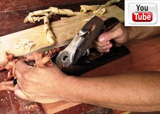 Cepillando madera y logo de YouTube