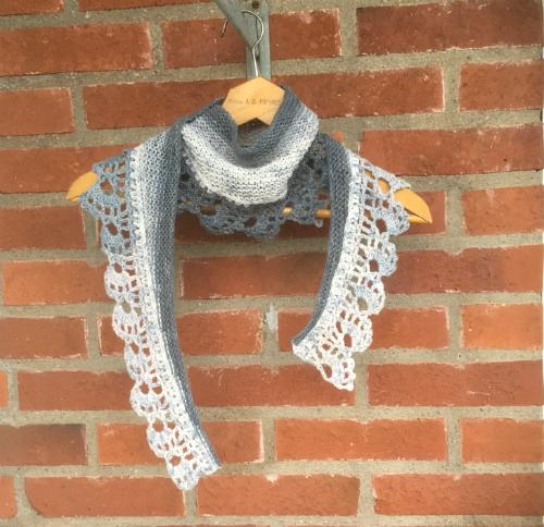 Det här är en rolig sjal att göra. Spetsen är virkad och kroppen är stickad.  Jag gjorde den här några cm bredare än den förra för den tyckte jag blev  för ... 20d83e2173097