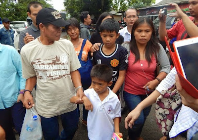 Mary Jane Veloso's relatives, including her two sons, on their way to visit her in her Nusakambangan death row cell on April 25, 2015