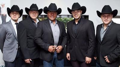 Foto de Grupo Bronco con saco y sombrero