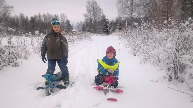 kelkkaretki lumisella tiellä
