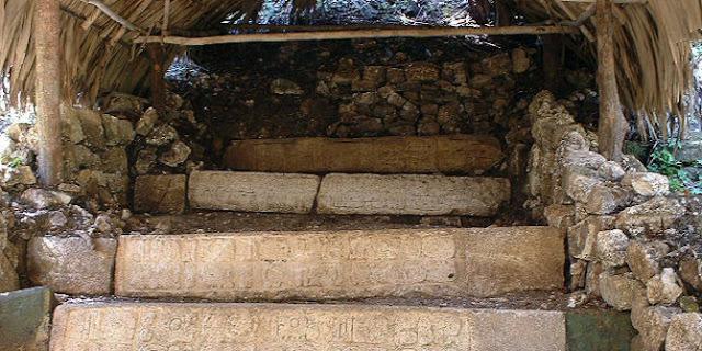 Tangga berhias hieroglif suku Maya di Dos Pilas
