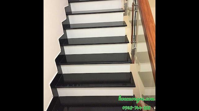 cầu thang ốp đá đen cổ đá trắng