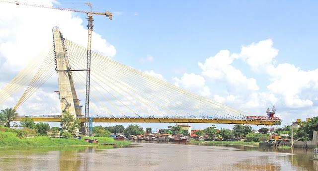Jembatan Siak IV di Pekanbaru akhirnya diberi nama Jembatan Marhum Bukit. Namun tahukan anda siapa itu Marhum Bukit? nama aslinya adalah Sultan Muhammad Ali Abdul Jalil Muazzam Syah atau yang juga dikenal dengan Marhum Bukit, beliau merupakan Sultan ke-4 Kerajaan Siak Sri Indrapura. Beliau menggantikan kepemimpinan ayahandanya Sultan Abdul Jalil Alamuddin Syah.  Marhum Bukit memindahkan Kerajaan Siak dari Mempura ke Bukit Senapelan (Kampung Bukit) pada tahun 1762. Itulah nama yang dipilih oleh Gubernur Riau Wan Thamrin Hasyim setelah berdiskusi dengan para tokoh Riau.