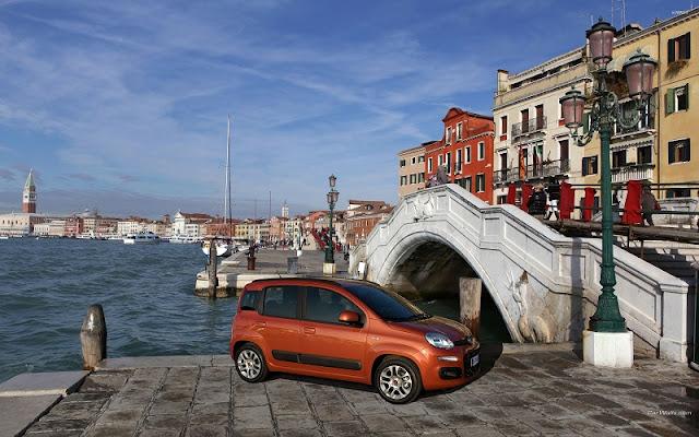 Carro estacionado perto de canal em Veneza