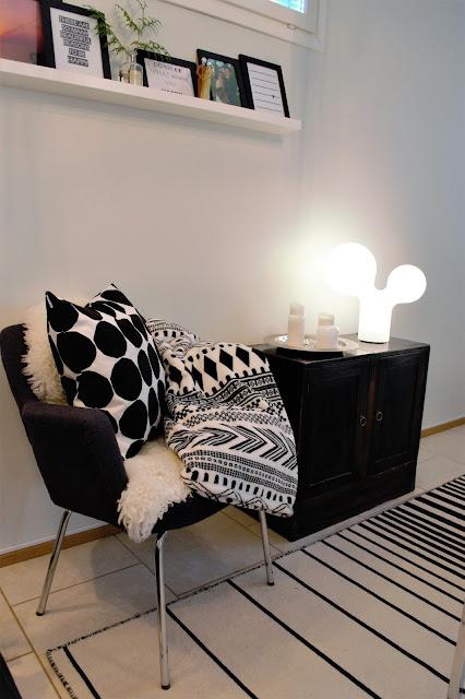 Saippuakuplia olohuoneessa- blogi, Kuva Hanna Poikkilehto, Tupla Kupla valaisin, Marimekko Pienet kivat tyynynpäälinen, Lampaantalja Ikea, Ikea Ristinge villamatto,