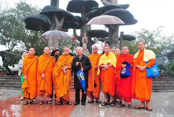 Gia Đình Phật Tử Theo Đạo Nhờ Phép Lạ Của Mẹ La Vang