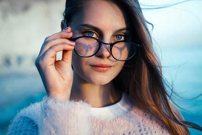 Chica con gafas y ojazos mirando fijamente a cámara