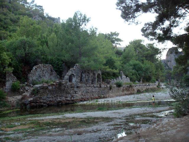 Olimpos sahiline ulaşılması için içinden geçilmesi gereken tarihi kent