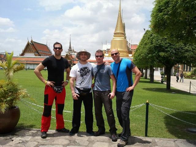 Los cuatro en la entrada al gran templo