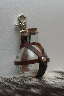 Leather potion bottle holster to hold potions and hang them from your belt. for scientist or alchemists or other cosplay. Leather steampunk LARP and cosplay accessories for men and women.