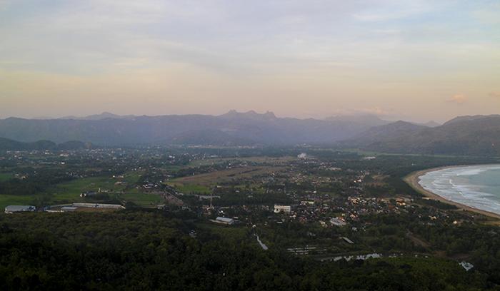 Kota Pacitan Berlatar Belakang Pegunungan