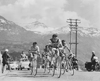 Nencini leads the field in the 1960 Giro d'Italia