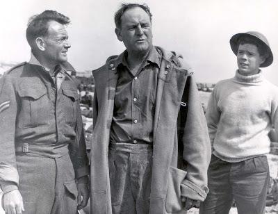 John Mills, Bernard Lee, et Sean Barrett dans Dunkerque, réalisé par Leslie Norman (1958)