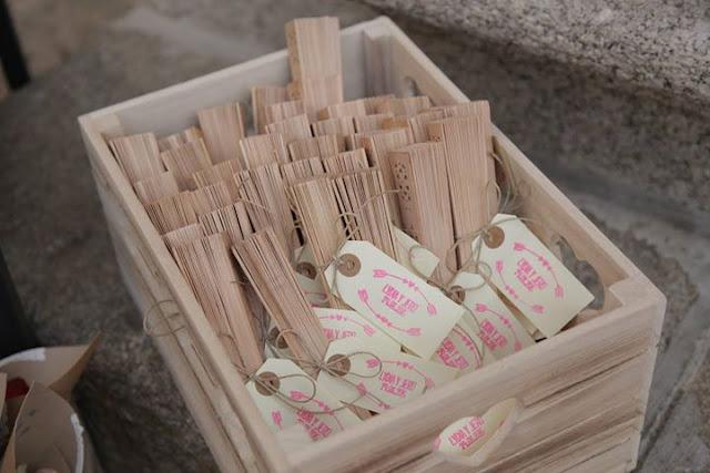 Abanicos y etiquetas con sello personalizado de Trocitos de Boda