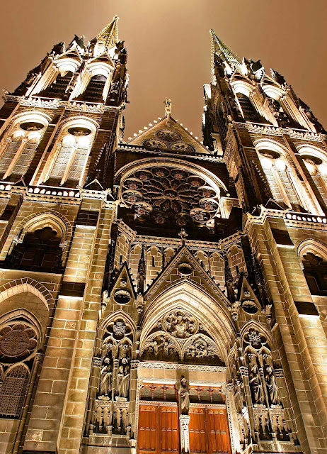 A catedral de Clermont-Ferrand construída no local onde o Papa Urbano II pregou a primeira Cruzada.