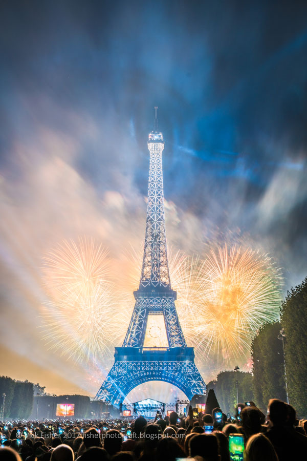 fireworks Paris Eiffel Tower spectacle Bastille Day July 14 France French Parisian stunning spectacular artistic original high quality copyright feu d'artifice