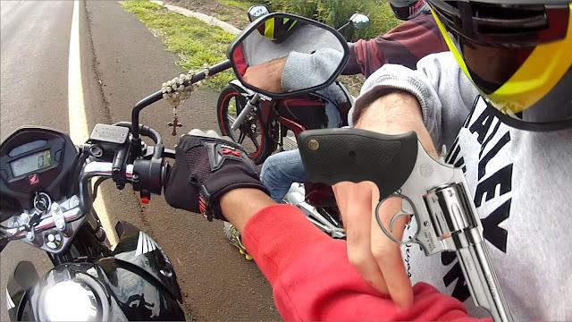 Mãe e filhos são presos tentando vender moto furtada em rede social