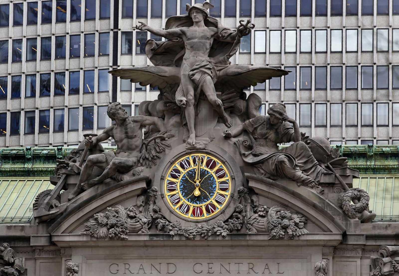 El 29 de marzo de 2012, el reloj en el lado sur de la Terminal Grand Central de Nueva York son las mediodía.