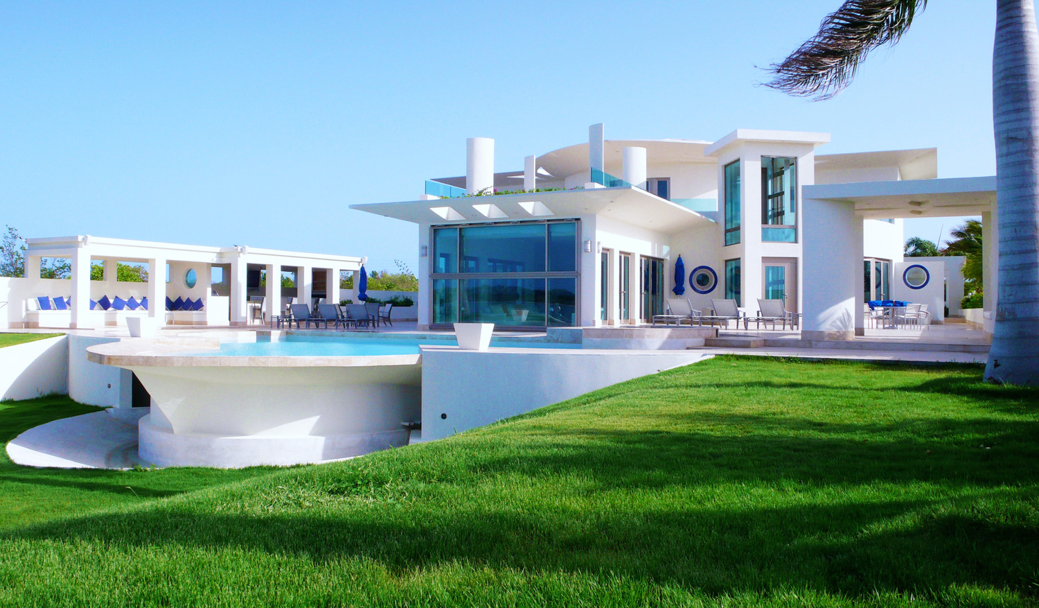 Luxury houses villas and hotels luxury white family for Ville moderne con vetrate