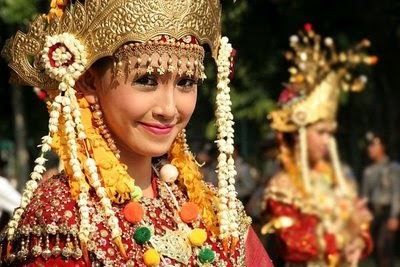 Javanese Traditional Clothes are Popular among Foreign Tourists ~ Tourist Sites and Cultural