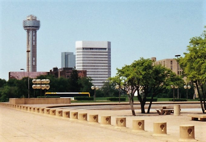 Le pays natal de jlj city hall plaza dallas texas for La porte tx city hall