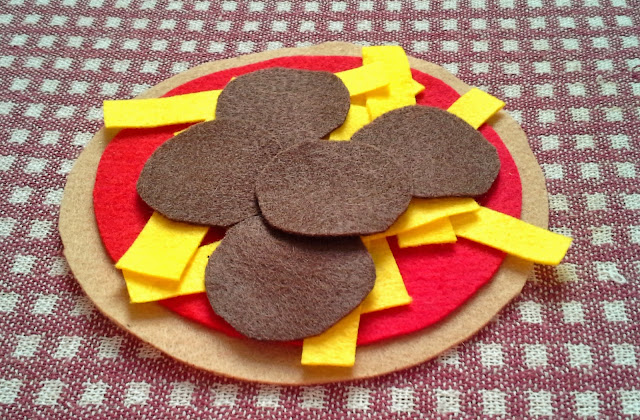 Learn how to make a quick and easy busy bag pizza for young children.  All you need is some felt and an imagination!