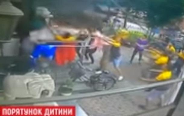 У Китаї спіймали дитину, що випала з шостого поверху