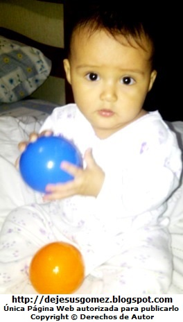 Foto de tierna bebita jugando con sus pelotas por Jesus Gómez