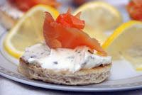 tosty z wędzonym łososiem