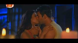 Priyanka Chopra & Akshay Kumar kissing scene in 'Andaaz'