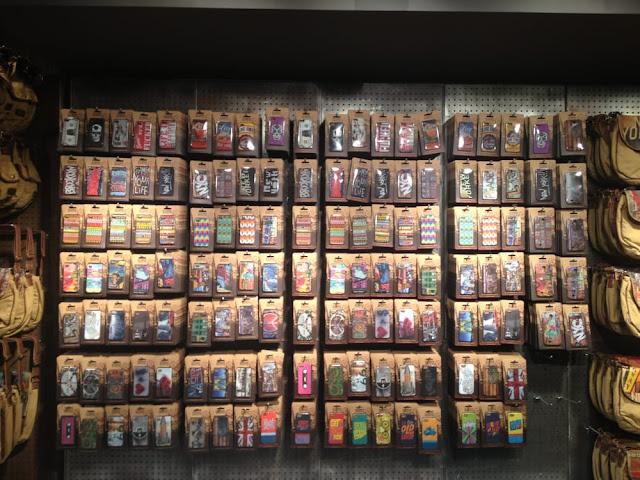 A Loja Studio Manhattan Art + Design é uma loja totalmente diferenciada e de muita qualidade situada na cidade de San Francisco. Mais voltada para o público que procura por presentes e lembrancinhas ela conta com uma série de artigos e objetos para todo o tipo de público e gosto. Por lá você encontra: bolsas, carteiras, souvenirs, mochilas, capinhas para celular, acessórios e outros. Uma das coisas que faz com que esta loja seja tão requisitada é o fato dela contar com produtos de altíssimo padrão, ou seja feitos a mão e revestidos em couro legítimo.  O interessante da Loja Studio Manhattan Art + Design é que ela surgiu através de uma ideia de um homem turco que viajava por diferentes regiões de Nova York registrando seus principais atrativos e pontos turísticos. Hoje, a loja conta com filiais em NY, San Francisco, Dubai e Las Vegas e vem fazendo um sucesso tremendo com os moradores e turistas.  Para aqueles que quiserem voltar para o Brasil com uma belíssima lembracinha de San Francisco a dica de ouro é que não deixem de conferir esta loja que se encontra localizada no interior do Westfield San Francisco Centre.  Sobre a Loja Studio Manhattan Art + Design em San Francisco  Informações sobre a Loja Studio Manhattan Art + Design em San Francisco