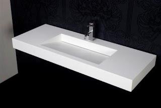 wastafel minimalis memanjang dengan warna putih yang terlihat bersih