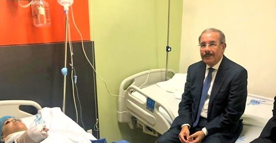 Presidente Danilo Medina visita la Diputada Karen Ricardo tras sufir accidente
