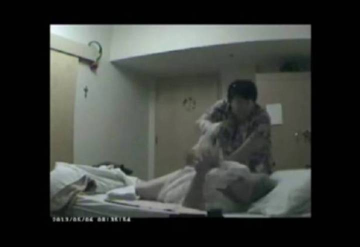 وضع كاميرا في غرفة والدته في دار المسنين.. وهذا ما اكتشفه! فيديو صادم...حتى انهم يجبروا والدته على فعل قبيح للغاية !!