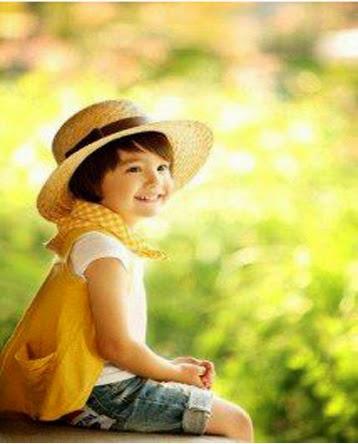 Sarı elbiseli sevimli kız bebek