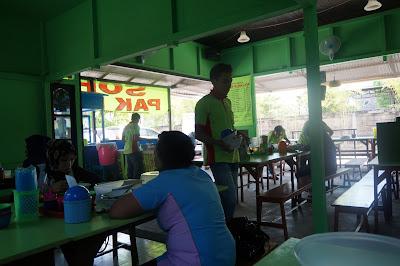 """Suasana """"hijau"""" di dalam warung Sop Pak Min Pontianak"""