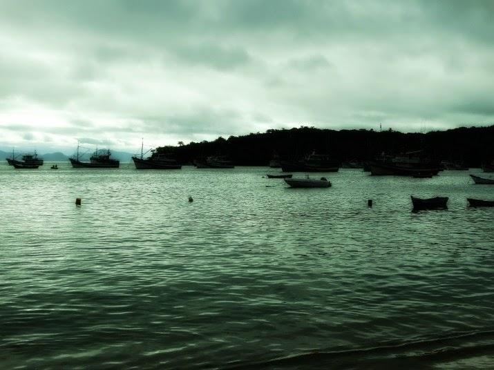 Praia do Araçá, em Porto Belo: repleta de barcos