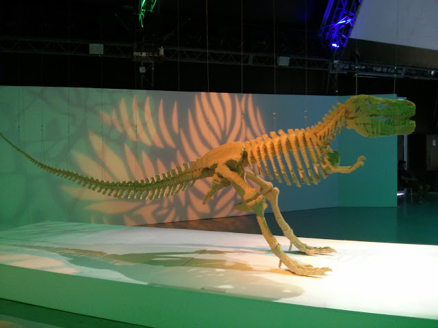 שלד דינוזאור בתערוכת הלגו