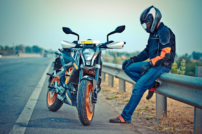 KTM 200 Duke with driver