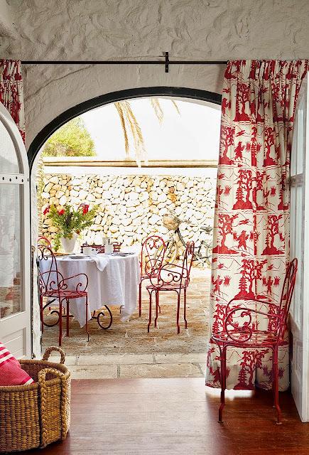 masa in gradina cu scaune din fier rosu