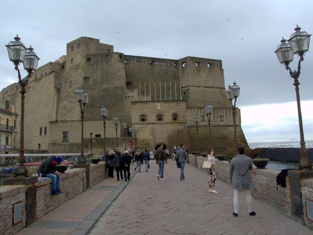 Castel dell'Ovo Neapol jak się dostać?