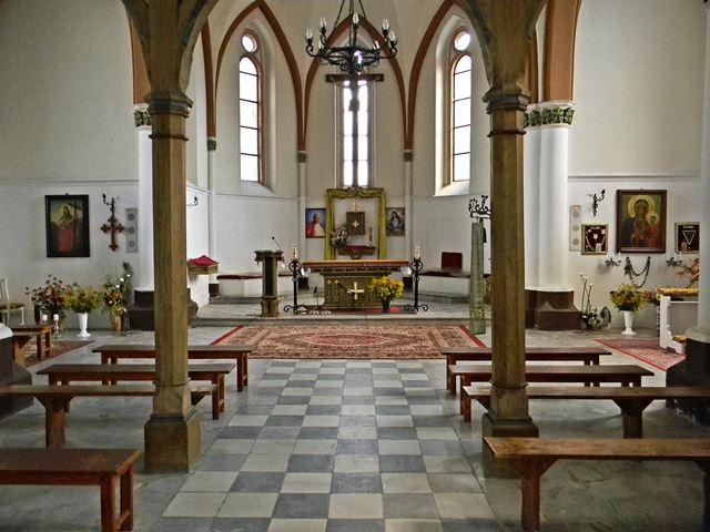 ławki, ołtarz, obrazy, kolumny