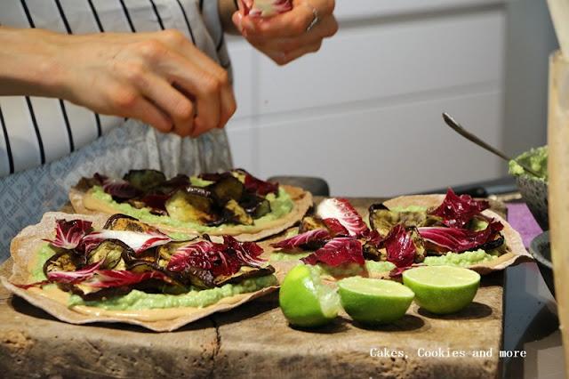 Avocado-Pizza mit Cashewsauce und Auberginen
