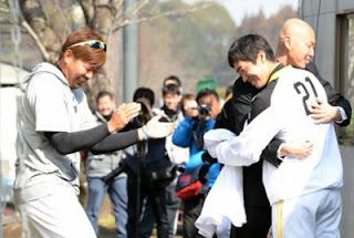 24日にホークスキャンプを訪れた森本稀哲氏。米球界から5年ぶりに復帰した和田(21)と笑顔でハグ。その様子を見ながら松坂(左)は、なぜか大爆笑しています