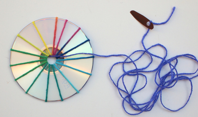 start weaving cds with plastic lid needle