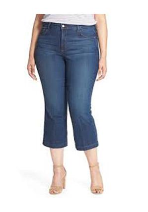 Укороченные расклешенные джинсы на полной женщине