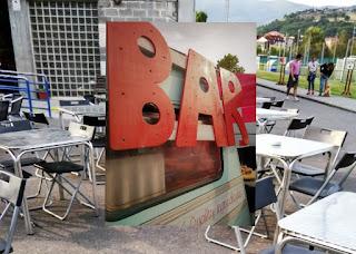 Detalle de terraza y food truck en el desembalaje de Arriondas