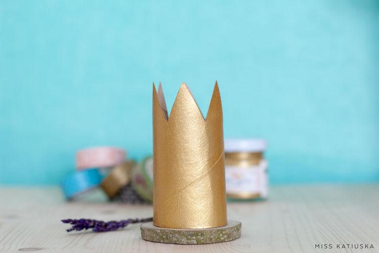 corona dorada para cumpleaños